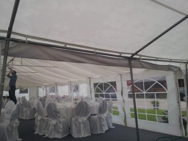 Bruk takrenne for å skjøte to telt sammen. Det forhindrer at vannet kommer inn i mellom teltene.