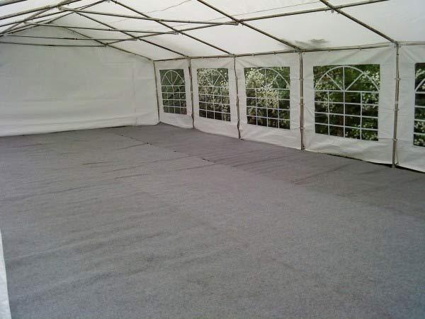 Gulvet er av typen kunstgress / teppe som tåler stilett heler. Passer til telt 12x6m.